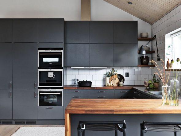 Серая кухня с деревянными элементами