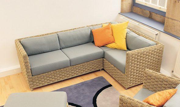Угловой диван для маленького зала