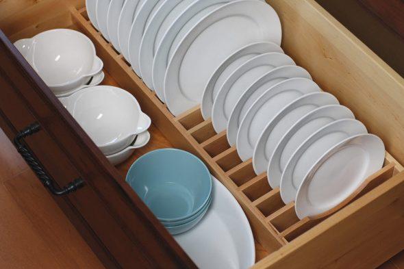 Тарелки в ящике