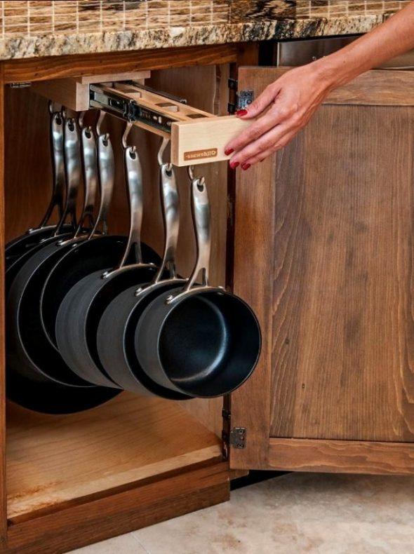 Сковороды на крючках
