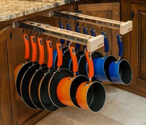 Сковороды и сотейники на крючках