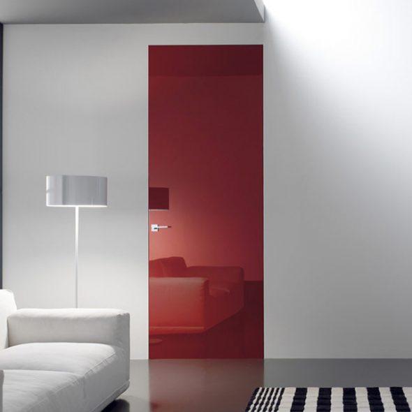 Яркая дверь без наличников в монохромном интерьере