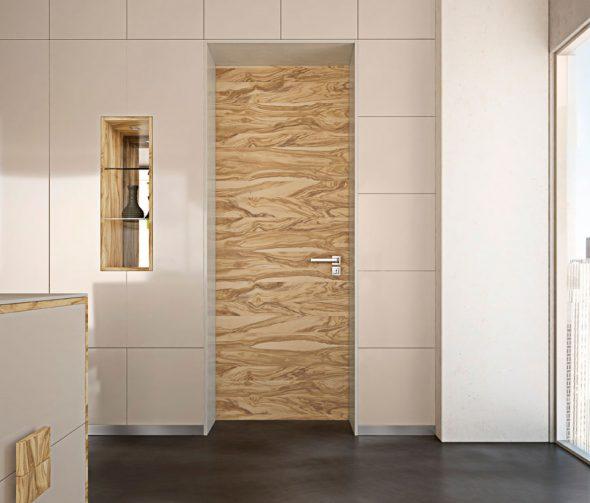 Светлая деревянная дверь без наличников