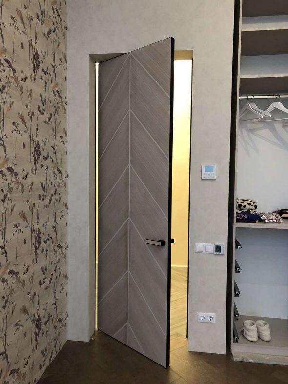 Деревянная дверь без наличников