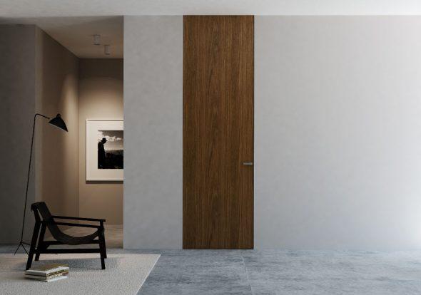 Деревянная дверь по высоте стены