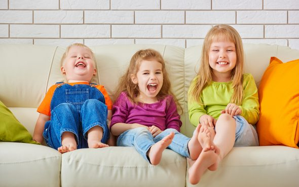 Маленькие дети на диване