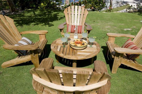 Набор кресел и столик из дерева для сада