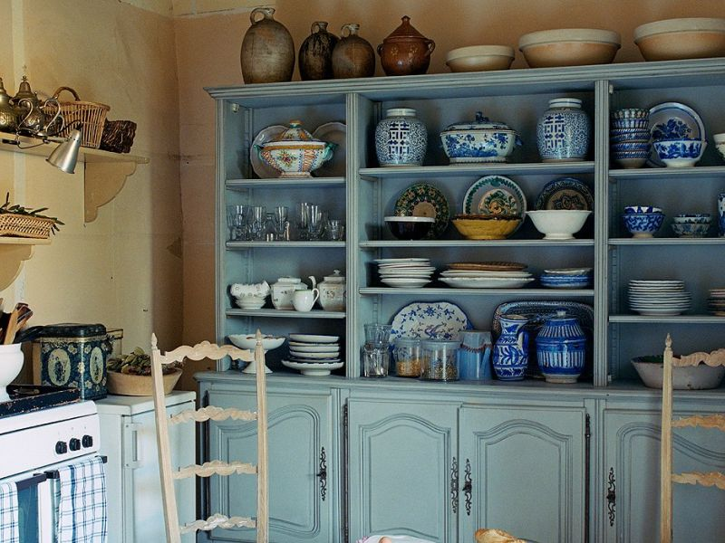 Посуда в интерьере кухни: оригинальные идеи хранения на фото.