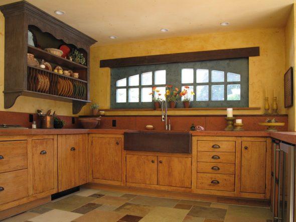 Полка с тарелками на кухне
