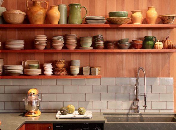 Посуда на навесных полках