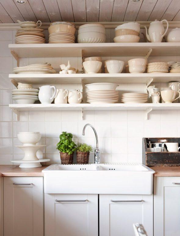 Кухонная утварь на полках