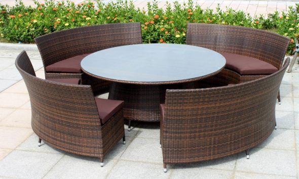 Круглый стол и полукруглые кресла из ротанга