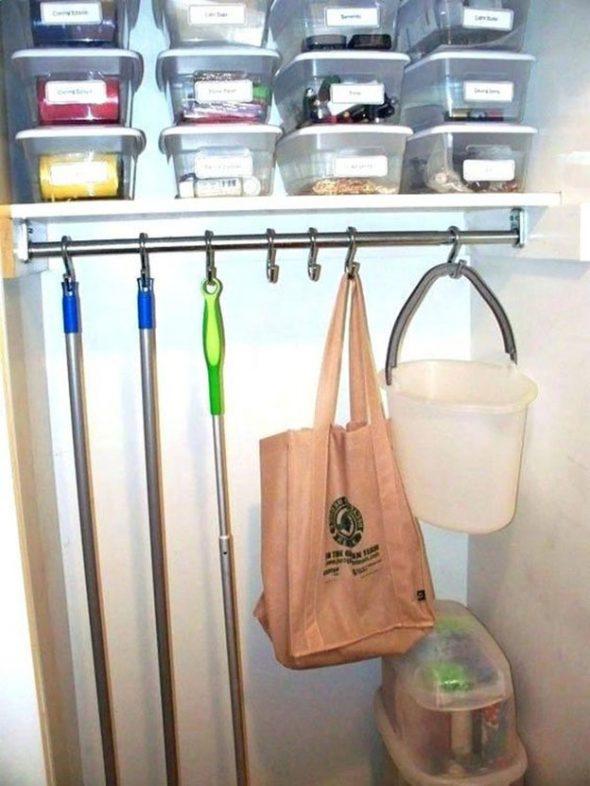 Хранение швабр в кладовке