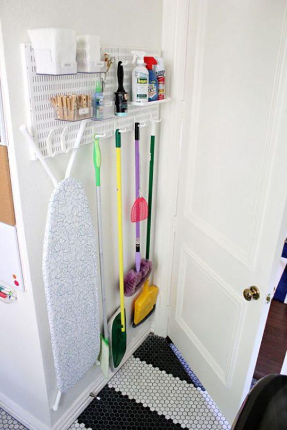 Хранение швабры за дверью