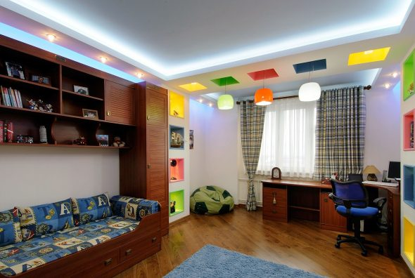 Разнообразная система освещения в комнате мальчика