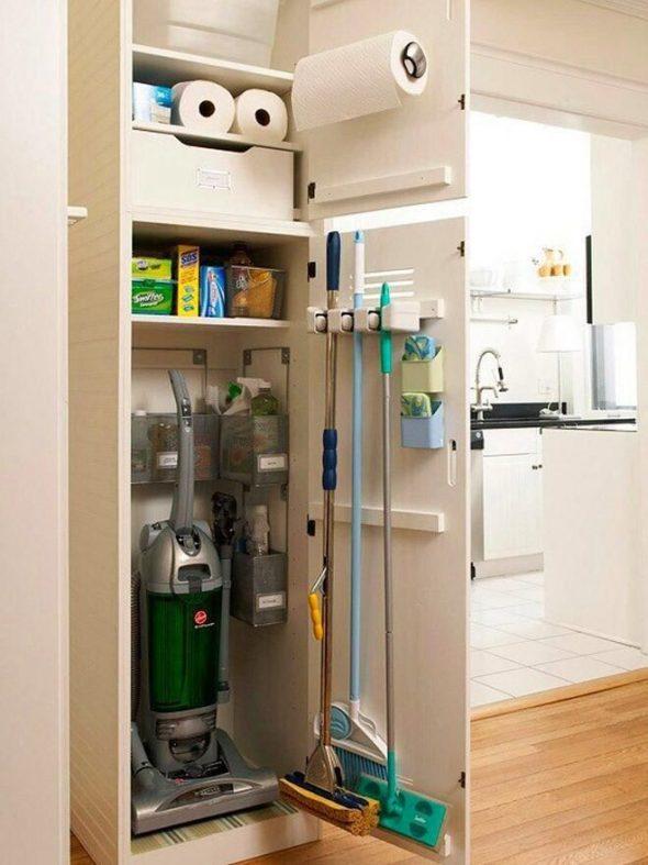 Хранение уборочного инвентаря в шкафу