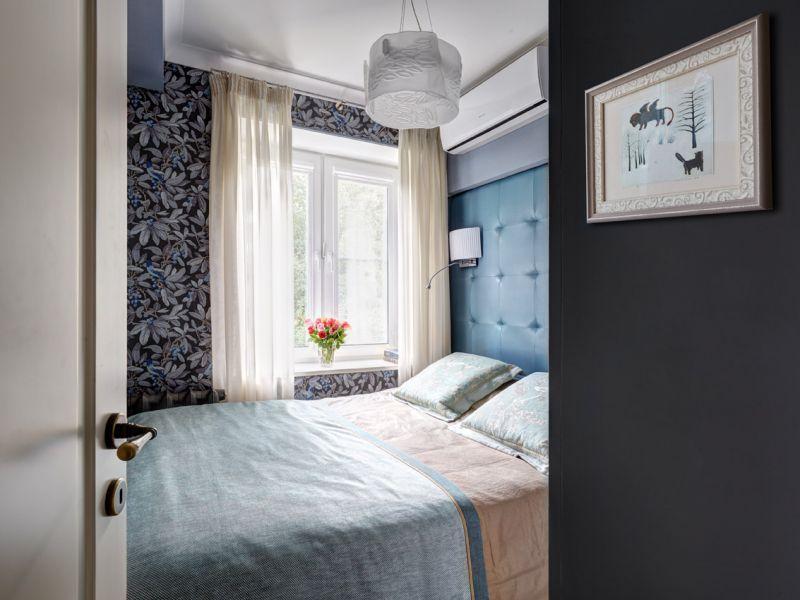 Как поставить двуспальную кровать в маленькой комнате: удачные идеи размещения