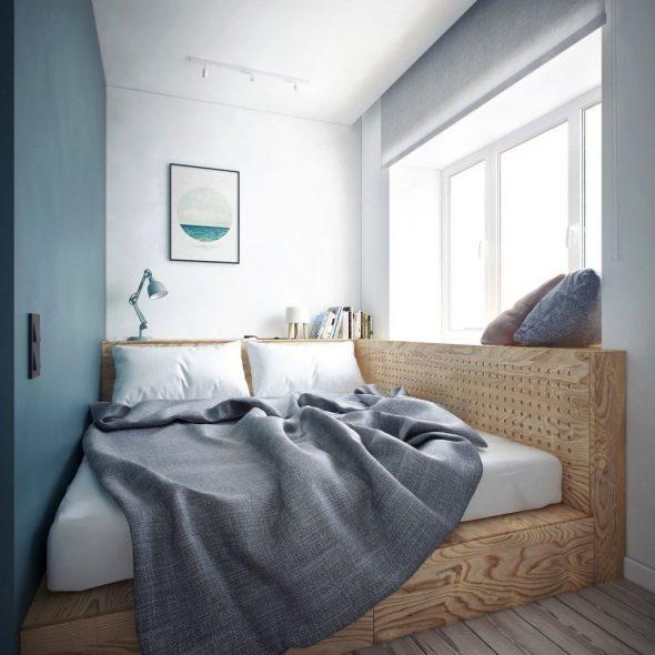 Кровать между стеной и окном