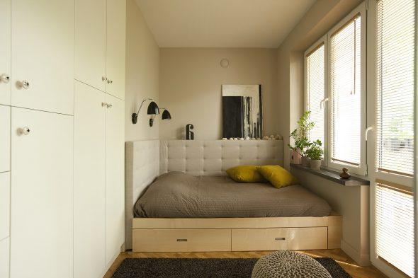 Кровать между стенами