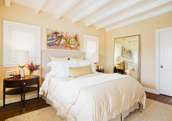 Стильная спальня в песочных оттенках