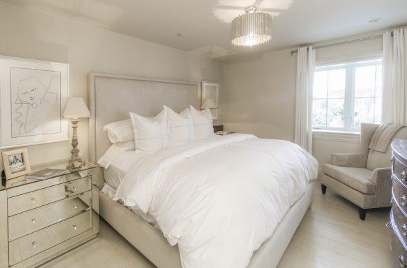 Спальня в бежевом оформлении
