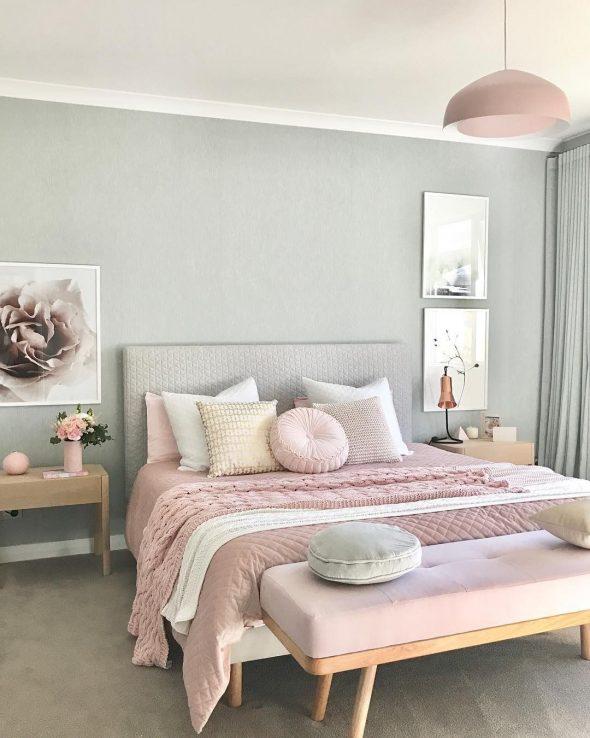 Розовые акценты в голубой спальне