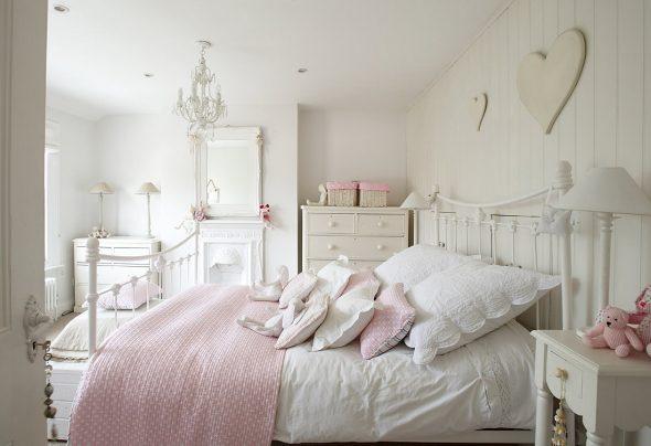 Розовые оттенки в белой спальне