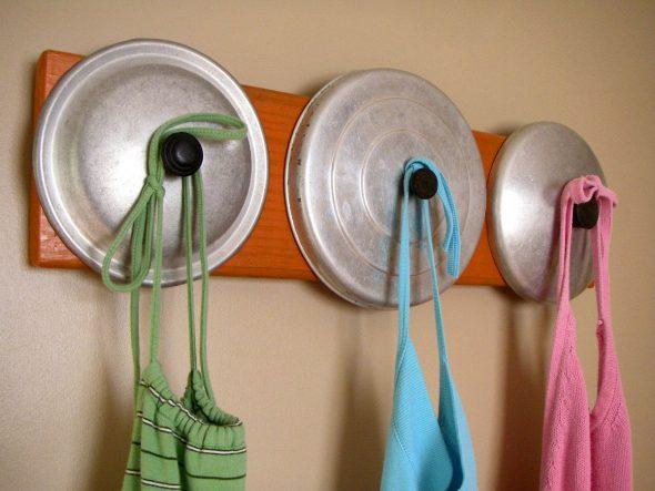 Вешалки для кухни из старой посуды