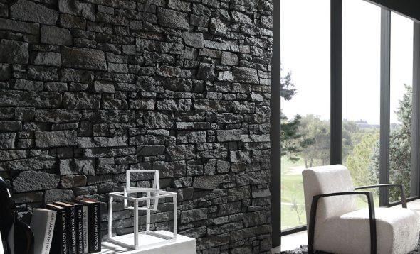 Стена из натурального тёмного облицовочного камня