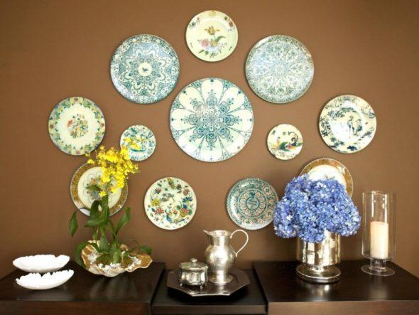 Декорированные тарелки на стене