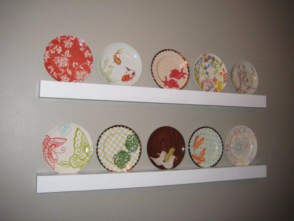Декорированные тарелки на полке в интерьере