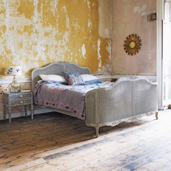 Интерьер спальни в жёлтых тонах под старину