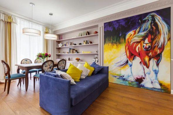 Синий диван в дизайне интерьера эклектичной гостиной