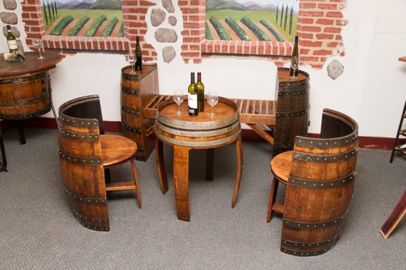 Стол и стулья из бочек