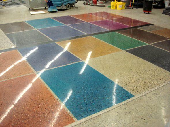 Разноцветный пол из цветного бетона