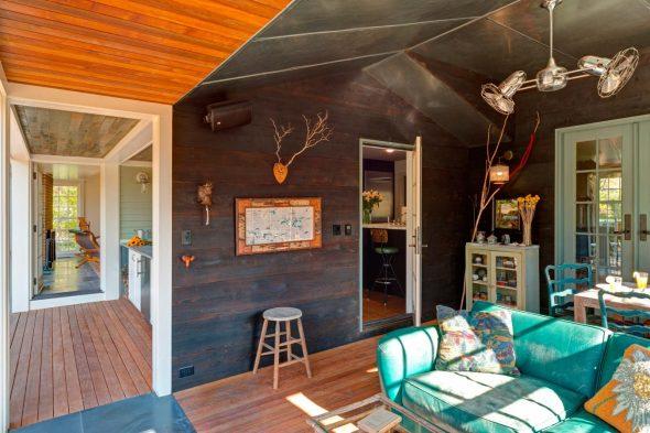 Гостиная в эклектичном дизайне интерьера в загородном доме