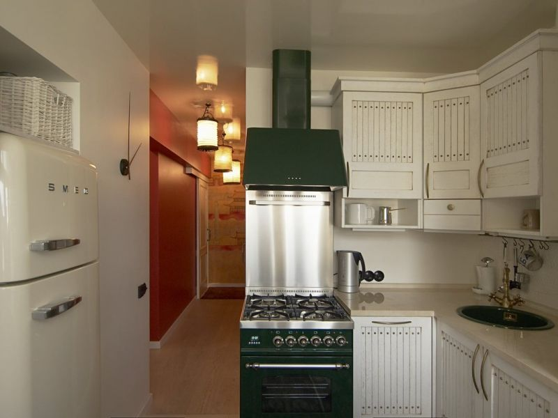 Как обставить кухню площадью 6 квадратов с холодильником: идеи на фото