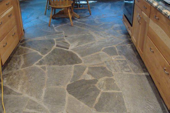 Дикий камень на полу кухни