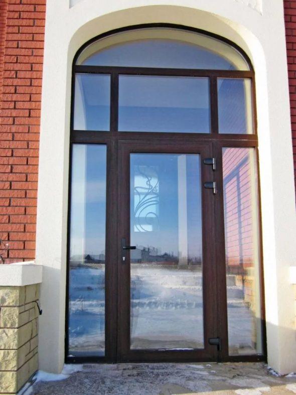 Пластиковая дверь с панорамными стёклами
