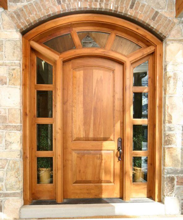 Входная дверь из осветлённого дерева