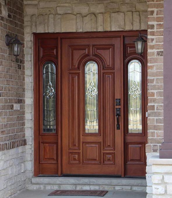 Красивая деревянная входная дверь