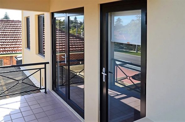 Дверь из алюминия в частном доме