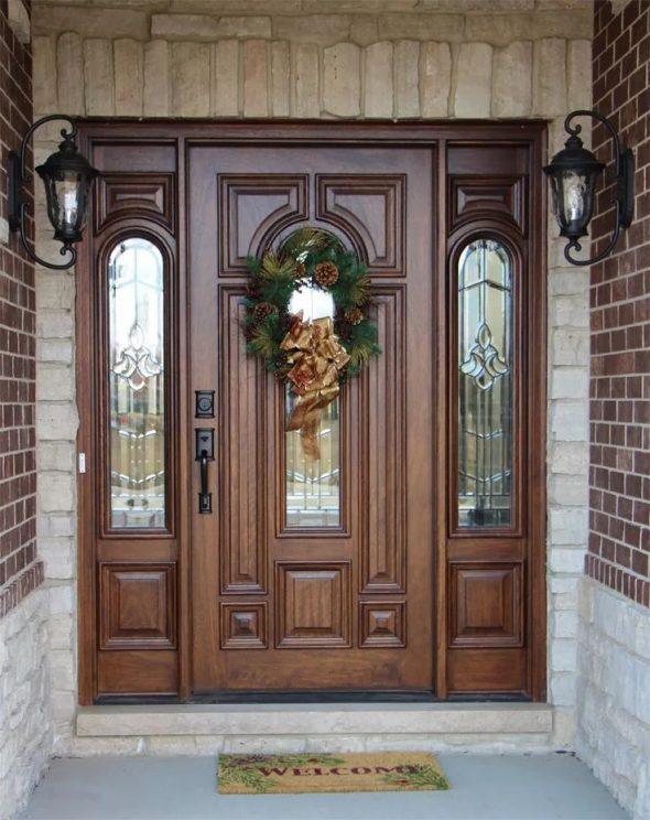 Входная дверь в частный дом с остекленением