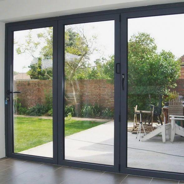 Входные распашные двери из алюминия в частном доме