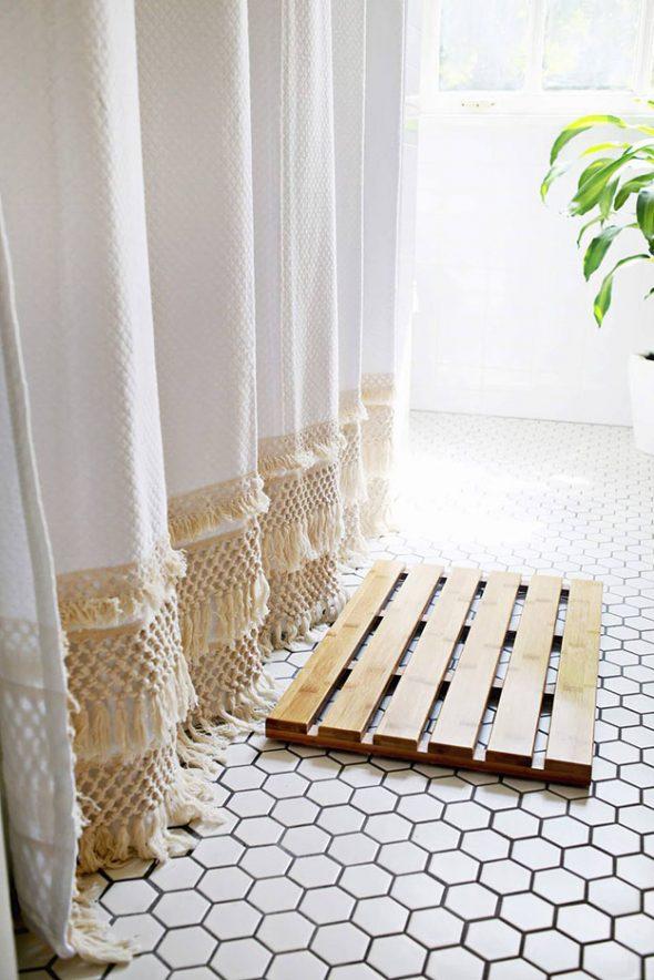 Деревянный коврик в ванной