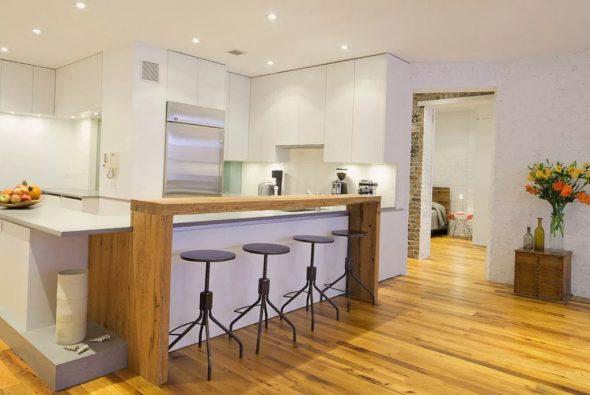 Деревянная барная стойка на белой кухне