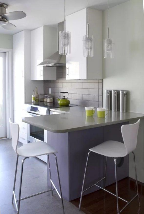 Барная стойка в интерьере белой кухни
