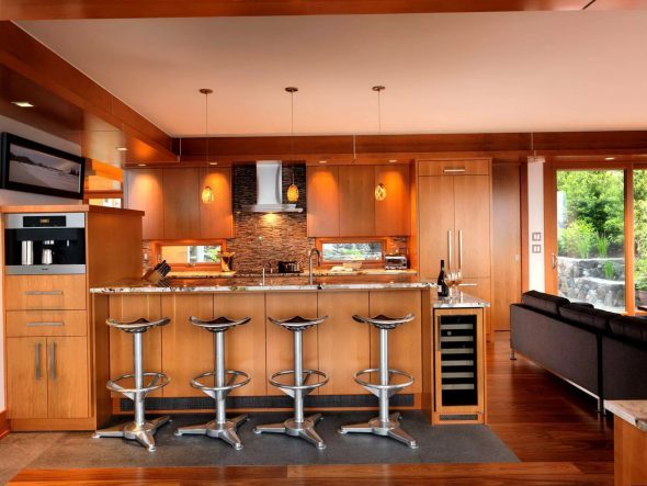 Дизайн кухни с барной стойкой в загородном доме