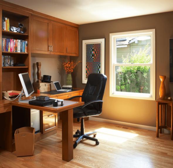 Небольшой стол в центре кабинета