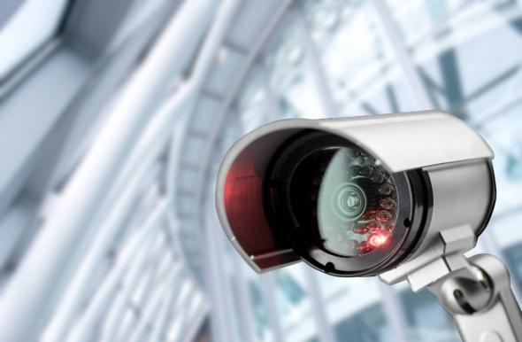 Камера видеонаблюдения с красной лампочкой
